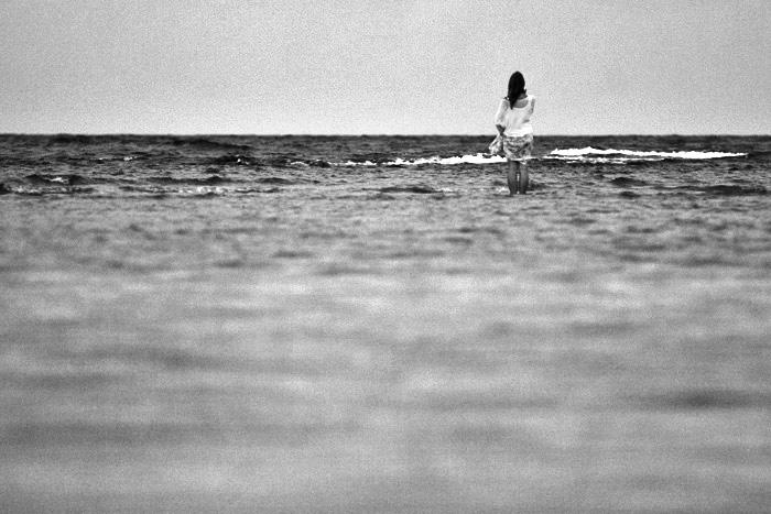 fille dans la mer nb